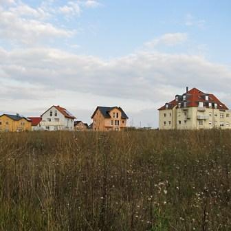 """Und wenn wir schon beim Thema """"Architektur"""" und """"Kontraste"""" sind: Oberhalb des Altortes mit seinem Mix aus Bauten der Vorkriegszeit, 70er und 80er Jahre: Ein Neubaugebiet in der Stauferstraße - damals 2009 standen gerade die ersten Häuser. Heute sieht es hier auch anders aus und das Wohngebiet ist größtenteils fertig gestellt."""
