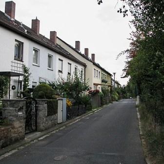 Typische Reihenhaus-Siedlung aus den 1970er Jahren in Lengfeld.