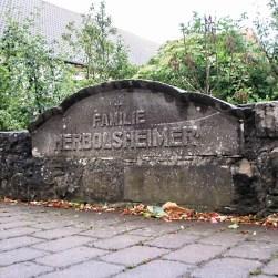 Inschrift der Familie Herbolsheimer an der alten Schlossbrücke im Ortskern.