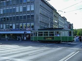 "Der ""Schoppen-Express"" überquert den Rötgenring in Richtung Kaiserstraße."