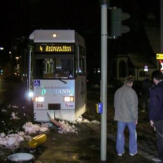 Straßenbahnunfall in der Virchowstraße. Wagen 214 ist entgleist.