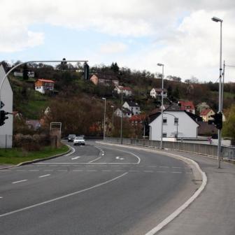 Ortsausfahrt in Richtung Rimpar. Die folgende Strecke ist wegen ihrer lang gezogenen Kurven vor allem bei Motorradfahrern sehr beliebt.