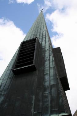 """Der Glockenturm ist sicher etwas """"ungewöhnlich"""", entspricht aber andererseits auch der Architektur der frühen 1960er Jahre."""