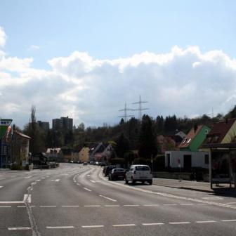 Blick von der Versbacher Straße in Richtung Würzburg. Im Hintergrund kann man die Hochhäuser am Schwarzenberg erkennen.