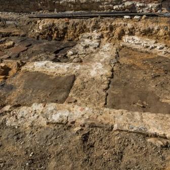 Ebenfalls freigelegt wurden Fundamente von Gebäuden die ursprünglich wohl bis in die Straßenmitte reichten. Nach dem Krieg und der Zerstörung von Würzburg, wurden die Straßen nicht mehr so eng gebaut und so verschwanden die Reste aus alten Tagen unter einer breiter gewordenen Straße.
