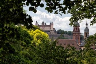 Versteckt hinter Büschen, Sträuchern und Bäumen sieht man St. Michael, die Neubaukirche und natürlich auch unsere Festung Marienberg.