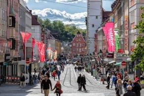 Die Domstraße in Würzburg bei schönem Frühlingswetter.