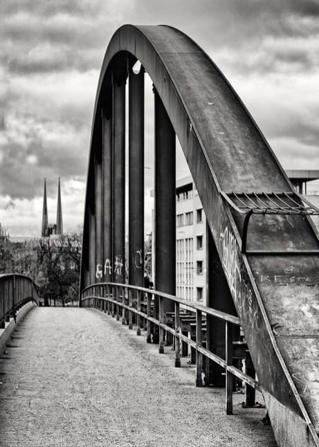 Passend zum tristen Januarwetter: Die Grombühlbrücke mal in Schwarz-Weiß.