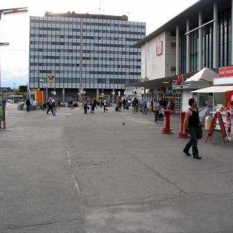 Bahnhofsvorplatz mit dem Posthochhaus im Hintergrund.