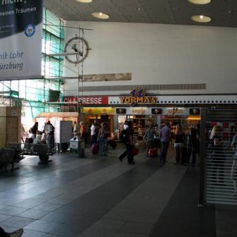 In der Bahnhofshalle wurde auch die Art der Beleuchtung verändert.
