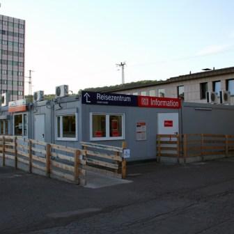 """Das """"Reisezentrum"""" wurde für die Bauarbeiten aus dem Bahnhof auf den Vorplatz in Baucontainer verlegt."""