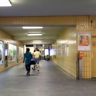 Hier hat sich bisher noch nichts getan. In Zukunft wird hier aber von rechts der Durchgangsbereich zu den Bahnsteigen sein.