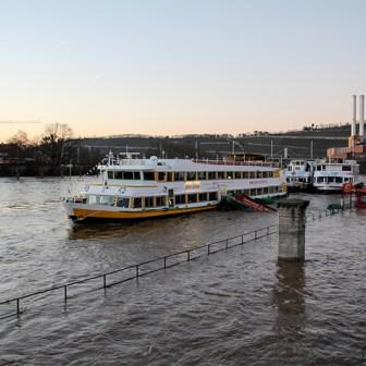 Auch an der Schiffanlegestelle am Alten Kranen war natürlich alles restlos überflutet.