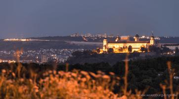 Blick vom Schenkenturm zur Festung Marienberg kurz vor Sonnenuntergang.