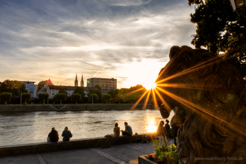 Sonnenuntergang am Main in Würzburg.