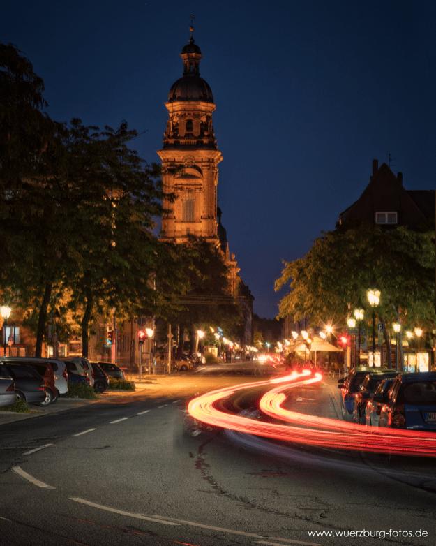 Neubaukirche und Neubaustraße bei Nacht.