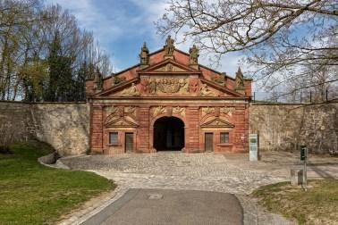 Das Neutor an der Festung Marienberg im Frühling.