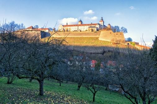 Blick vom Nikolausberg zur Festung Marienberg