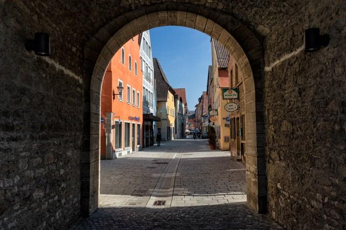 Für mein Sonntagsvideo war ich in Ochsenfurt und habe hier den Blick durch das Klingentor in den Ort fotografiert.