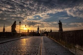 Sonnenaufgang über der Alten Mainbrücke