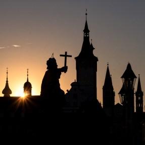 Die berühmte Silhouette unserer Stadt beim Sonnenaufgang.