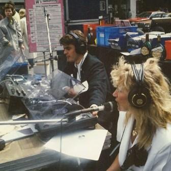 Diese Aufnahme zeigt die Geschwister und Moderatoren Kay (links) und Karin Rodegra bei einer Dopplemoderation. Die Aufnahme entstand im Jahr 1988 beim großen W1-Geburtstag (siehe Schild im Hintergrund). Damals hatte der Sender eine Bühne gemietet und auf dem Platz am Vierröhrenbrunnen aufgebaut. Den ganzen Tag gab es Veranstaltungen mit Stars (Ja tatsächlich! Carlos Santana war da!) und Live-Moderationen.