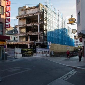 Abriss des alten Hypo-Vereinsbank-Gebäudes aus den 1960er Jahren im August 2012. Wochen lang sah es hier so aus, als hätte gerade eine Bombe eingeschlagen.