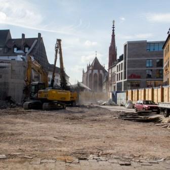 September 2012: Das Gebäude ist verschwunden und man hat einen selten gesehenen freien Blick hinunter zur Marienkapelle.