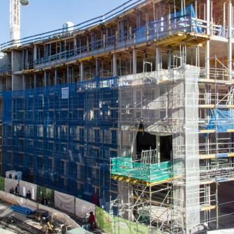 Blick auf das neu entstehende Gebäude im Rohbau im Oktober 2013.