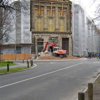 Abrissarbeiten am ehemaligen Portal des Gerichtsgebäudes im Dezember 2006.