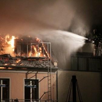 Die Feuerwehr hatte die Drehleiter in den Innenhof gefahren um das Dach löschen zu können.
