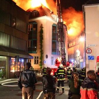 Die Feuerwehren hatten drei Drehleitern im Einsatz - eine stand direkt an der Ecke Münzstraße / Zwinger.