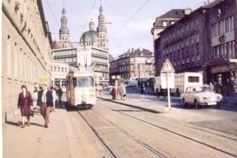 """Juliuspromenade in Würzburg - auch hier ist noch lange nichts von der heutigen Fußgängerzone zu sehen... Dafür aber auf der rechten Seite das ehemalige """"Bavaria-Kino""""."""