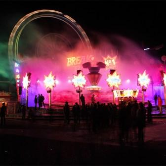 """Das Fahrgeschäft """"Breakdance"""" beim Frühjahrsvolksfest 2011."""