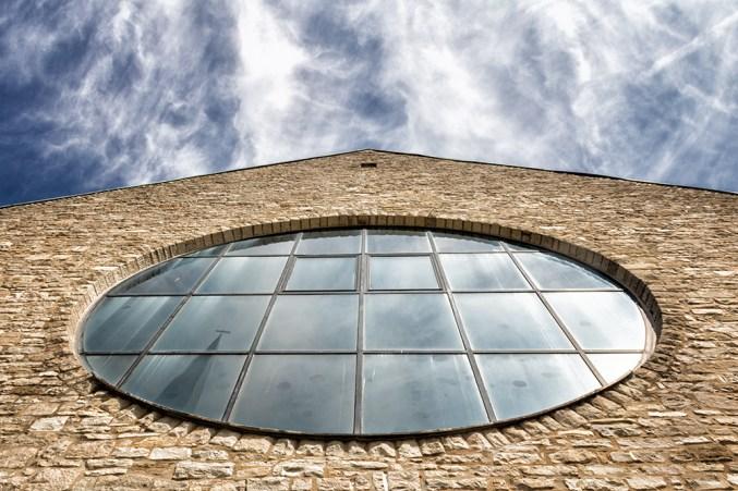 Kirchenfenster von St. Jakobus der Ältere in Versbach.