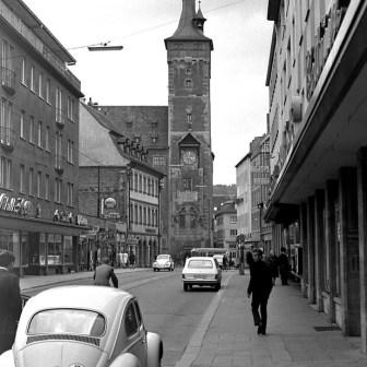 Augustinerstraße mit Rathaus im Hintergrund.