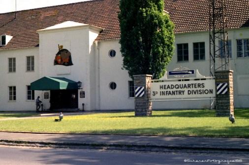"""Das Hauptgebäude und """"Headquarter"""" der in Würzburg stationierten """"3rd Infantary Division""""."""