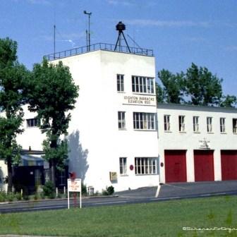 Die Feuerwache mit Flughafen-Tower in den Leighton Barracks. Das Gebäude wird auch bei der Landesgartenschau 2018 eine Bedeutung haben und wurde dazu bereits 2016 um ein Stockwerk erweitert.