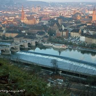 ... und nochmal eine etwas vergrößerte Ansicht des Ensemble rund um die Alte Mainbrücke.