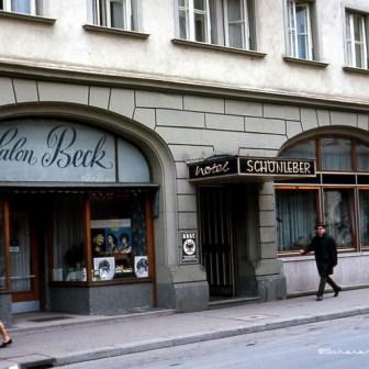 Das Hotel Schönleber in der Theaterstraße existiert noch heute. Im Gebäude links befand sich viele Jahre eine Norma-Filiale die jetzt in der Semmelstraße ist.