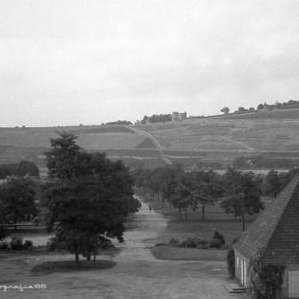 Blick auf die Mainwiesen unterhalb der Talavera. Im Vordergrund ist ein Haus zu sehen, das schon seit langer Zeit nicht mehr existiert.