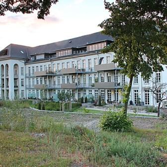 Blick auf die ebenfalls sanierte Rückseite des ehemaligen Krankenhauses.