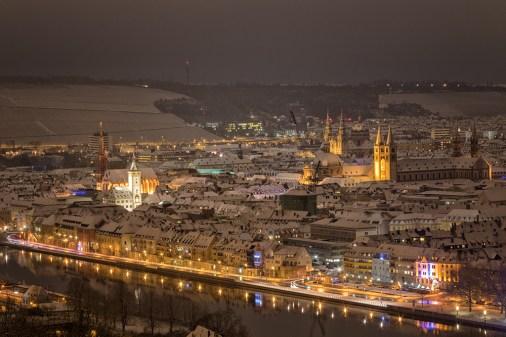 Blick auf Würzburg in einer Winternacht 2017
