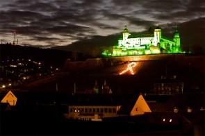 """Jedes Jahr am 30. November wird die Festung Marienberg am """"Welttag gegen die Todesstrafe"""" in grün angeleuchtet."""
