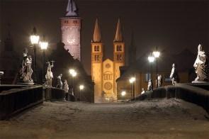 Heiliger Abend 2010 - Blick über die Alte Mainbrücke in einer (der seltenen) verschneiten Weihnachtsnächte.