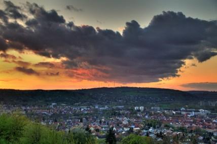 Auch das gehört zum Frühling - vor allem im April: unbeständiges Wetter mit beeindruckendem Wolkenspiel über Würzburg.