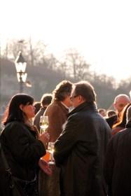 """Kaum sind die ersten Sonnenstrahlen da, trifft man sich in Würzburg zu einem Gläschen Wein rund um die """"Alte Mainmühle"""" auf der """"Alten Mainbrücke"""""""