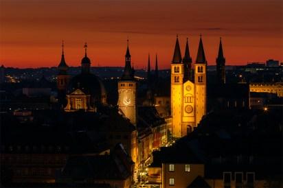 Blick auf Würzburg kurz vor Sonnenaufgang.