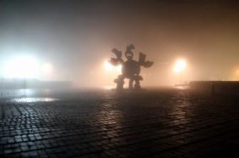 """""""Skulptur im Nebel"""" auf dem sogenannten """"Roten Platz"""" vor der Universitätsbibliothek am Hubland."""
