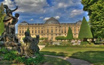 Schönes Wolkenspiel über dem Hofgarten der Residenz.